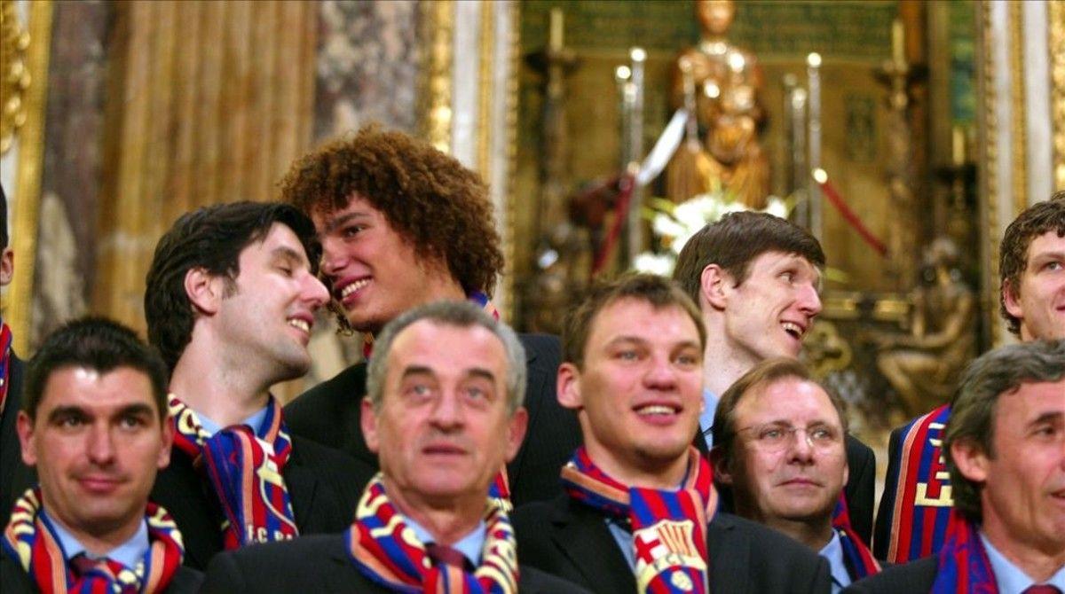 El equipo de básquet del Barça, campeón de Europa, en la última ofrenda azulgrana en La Mercè, en el 2003