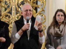 Nancy y Patrick Latta, con una traductora, explican su testimonio