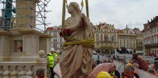 Vuelve, 102 años después, una columna con una estatua de la Virgen a la Ciudad Vieja de Praga