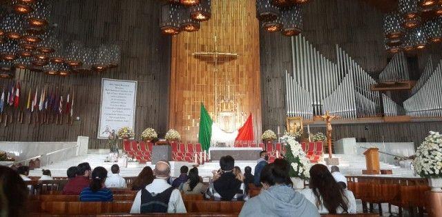 Peregrinos -reales, no virtuales- en la basílica de Guadalupe en México