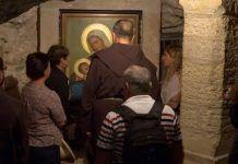 Peregrinos rezan en la Gruta de la Leche de Belén, uno de tantos espacios marianos