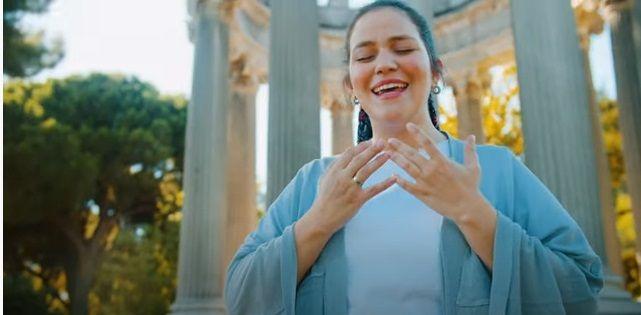 La cantante Mariana Valongo en su videoclip sobre el Dulce Nombre de María