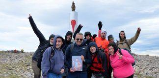Excursionistas en lo alto del Mocayo con la Virgen del Pilar