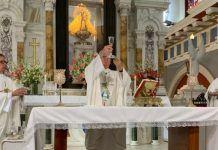 El arzobispo Dionisio en la iglesia de El Cobre, con la Virgen de la Caridad, patrona de Cuba