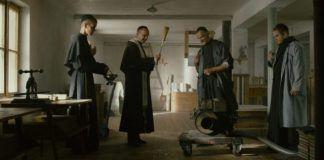San Maximiliano Kolbe bendice equipos de impresión de revistas en la película Dos Coronas