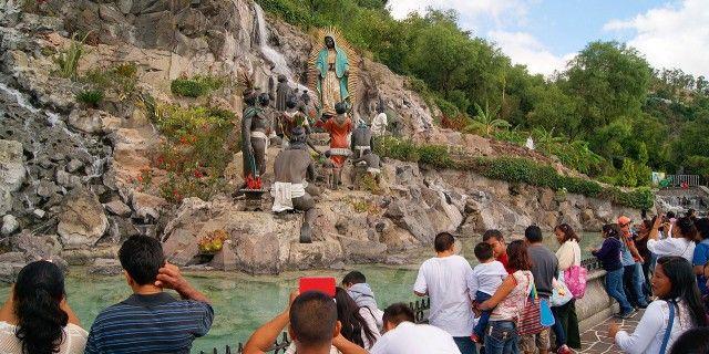 Peregrinos en el cerro de Tepeyac, lugar de la aparición de Guadalupe en el siglo XVI en México