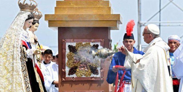 El Papa Francisco con la Virgen del Carmen, patrona de Chile