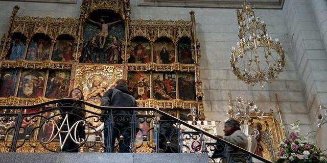 La Virgen de la Almudena, en un lateral de la catedral - foto de Belén Díaz de ABC