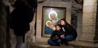 Madres agradecidas acuden al icono a dar gracias a la Virgen por su intercesión