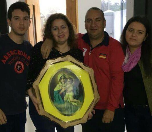 César, con su esposa e hijos, cuenta su testimonio con la Virgen