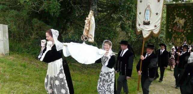 Una procesión mariana en Bretaña, frecuentes, donde van ligadas a perdones -jubileos- y santuarios