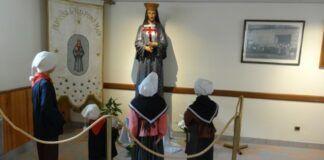Recreación de los niños y la Virgen en el museo de las apariciones en Pontmain