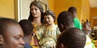 La imagen cordobesa de María Auxiliadora, ya en Porto Novo, rodeada de niños y jóvenes