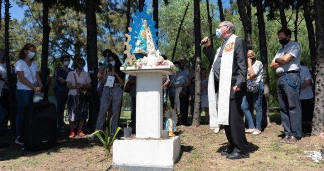 El obispo Ojea en el lugar donde estaba la imagen vandalizada de la Virgen
