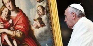 El Papa Francisco medita ante una imagen de la Virgen con el Niño