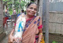 Jacinta Palma, profesora jubilada de la diócesis de Rajshahi, con una imagen de la Virgen