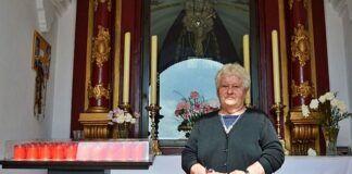 María López es la guardesa de la capilla de la Virgen de los Dolores del Puente en Málaga