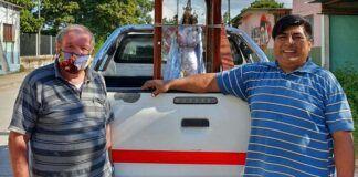 Unos devotos llevan en furgoneta una Virgen peregrina por toda la provincia de Jujuy