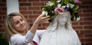 Mayo es mes de homenajear a la Virgen con flores y oración