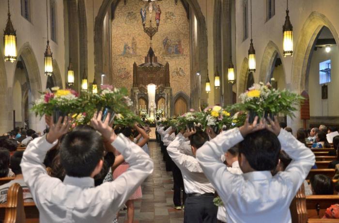 Estudiantes católicos llevan flores a la Virgen en Vietnam por mayo