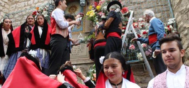 Una escena de ofrenda floral a la Virgen en la capilla de Jaén donde finalizó la aparición de 1430
