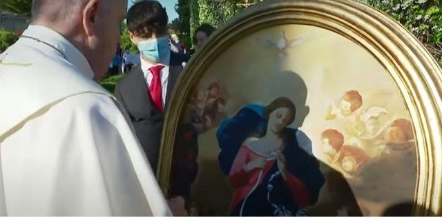 Papa Francisco e icono de la Virgen que Desata Nudos, al final de mayo de 2021