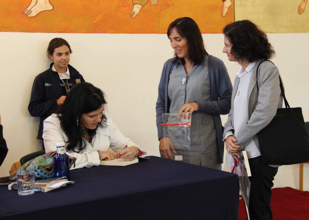 Teresa Gutiérrez de Cabiedes firma libros