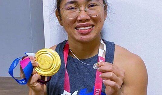 Hidilyn Diaz muestra sus dos medallas: la de oro y la de la Virgen Milagrosa
