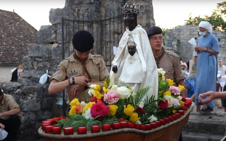 Scouts de Europa con la Virgen negra de Rocamadour
