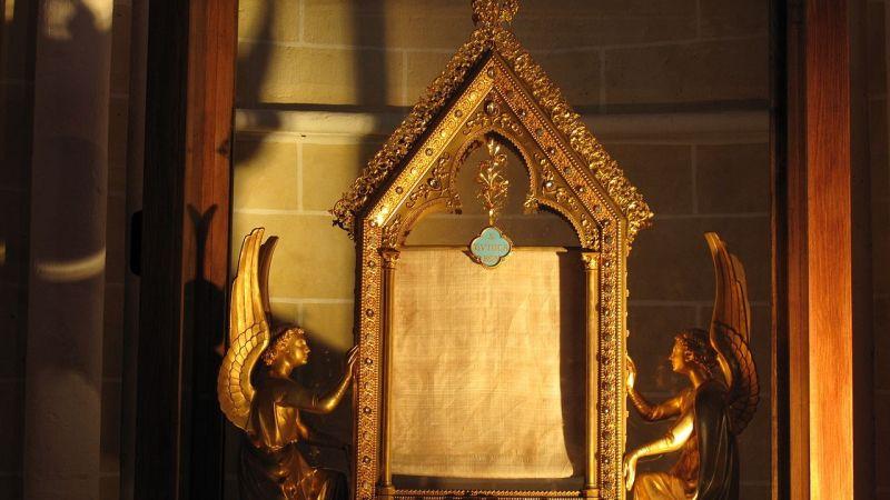 Velo de la Virgen María, en su relicario de la catedral de Chartres