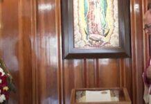 El rector del Santuario de Guadalupe bendice certificados guadalupanos